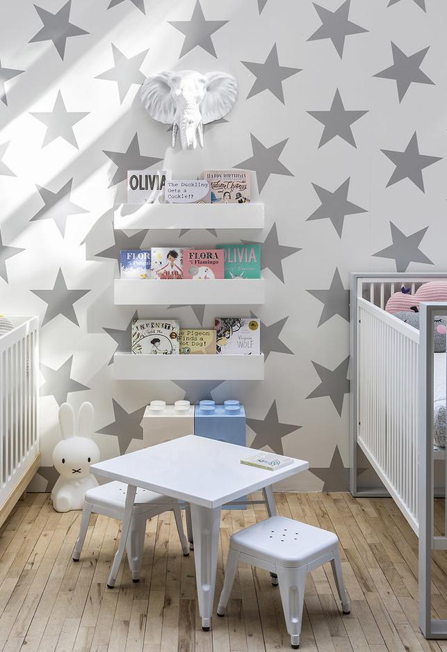 A combinação de cinza e madeira clara funciona também para quem tem piso de madeira em casa