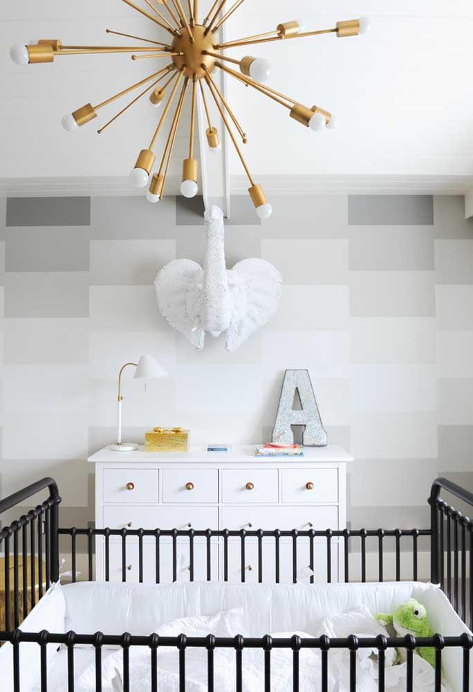 Aliás, para quem quer investir em um quarto de bebê cinza, qualquer inserção de outras cores deve ser bem planejada, já quem elas se destacam bastante