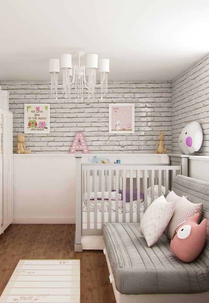 E pode ser utilizada em quartos neutros, masculinos e femininos: neste quarto, os objetos decorativos finalizam a decoração com muito charme e fofura