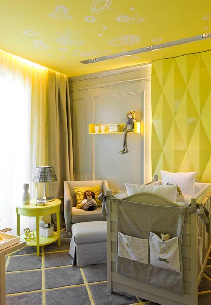 Como a cor do sol, o amarelo no quarto pode ganhar muito destaque: neste aqui, até o teto ganhou uma cor especial