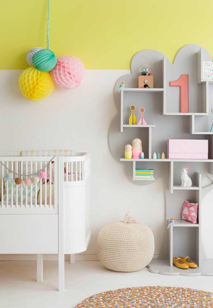 O amarelo no quarto do bebê funciona para trazer mais animação e diversão para o ambiente, funcionando muito bem para dar destaque para cores mais vibrantes e cores mais neutras