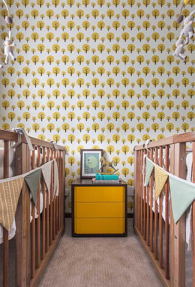 É outra cor perfeita para quem quer trazer inspiração da natureza: neste quarto, num clima de outono, foi usado um papel de parede com padrão de árvores de folhas amarelas