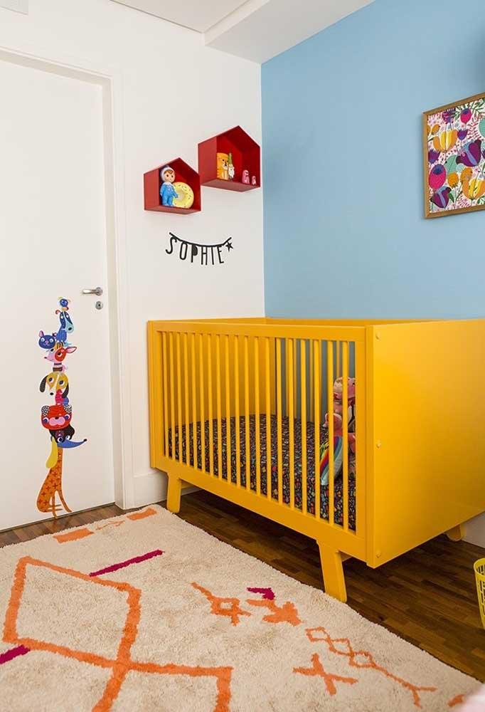 No quarto mais colorido, o amarelo é uma cor perfeita para entrar em destaque nos móveis