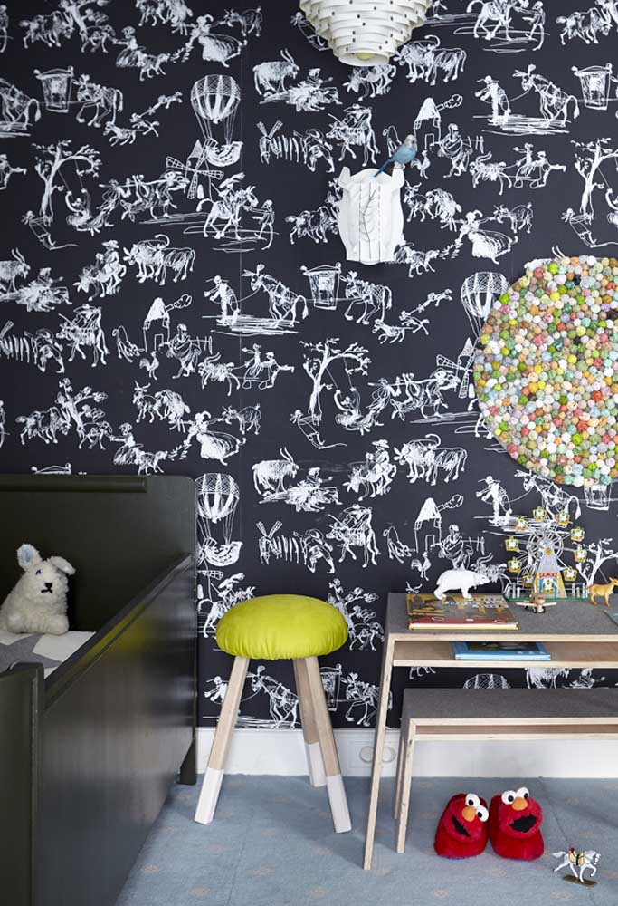 Uma inspiração em preto para a decoração do quarto do bebê: papel de parede com desenhos cheios de aventuras