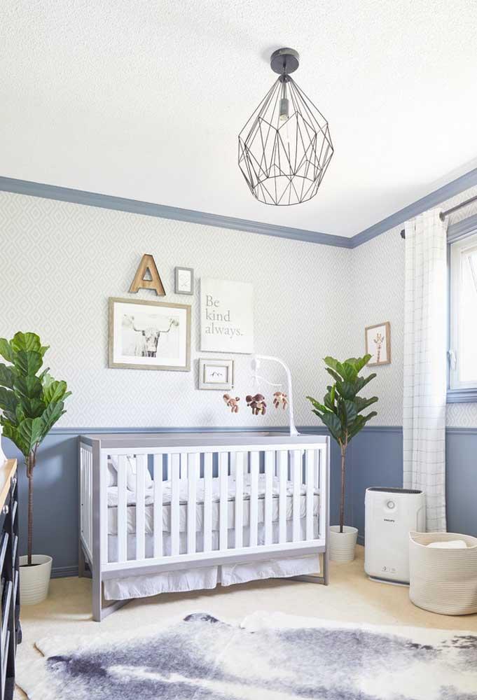 Já para quem quer algo mais tradicional com uns toques contemporâneos, o azul clarinho com branco neste quarto são quebrados pelo verde da planta e o preto da luminária