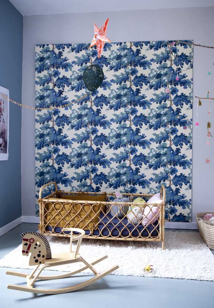 Quarto de bebê azul e bege: este quarto de bebê unissex cria o equilíbrio perfeito entre os tons de azul na parede e o bege dos móveis e brinquedos