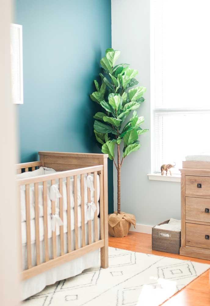 Um tom de azul piscina também para o quarto de bebê: aqui ele é usado na parede do berço, a de destaque na decoração