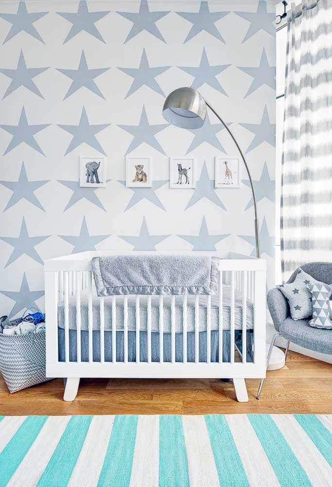 Azul acinzentado claro e escuro em contraste nesta decoração de quarto de bebê