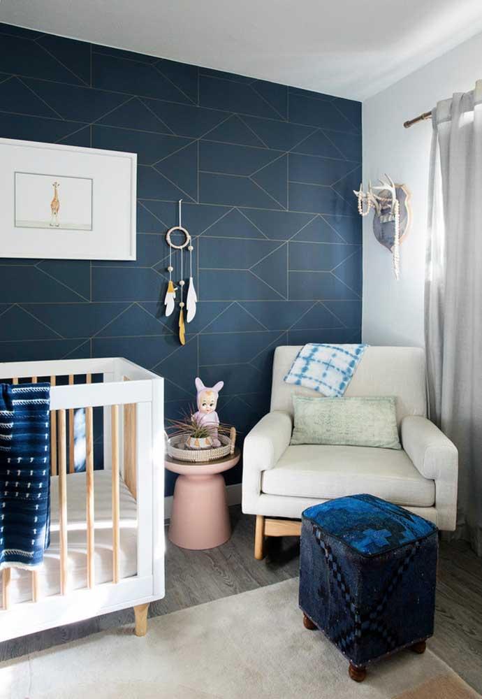 Outra opção em azul marinho: o tom mais intenso é balanceado com o branco e o tom claro de madeira, não deixando o quarto ficar escuro