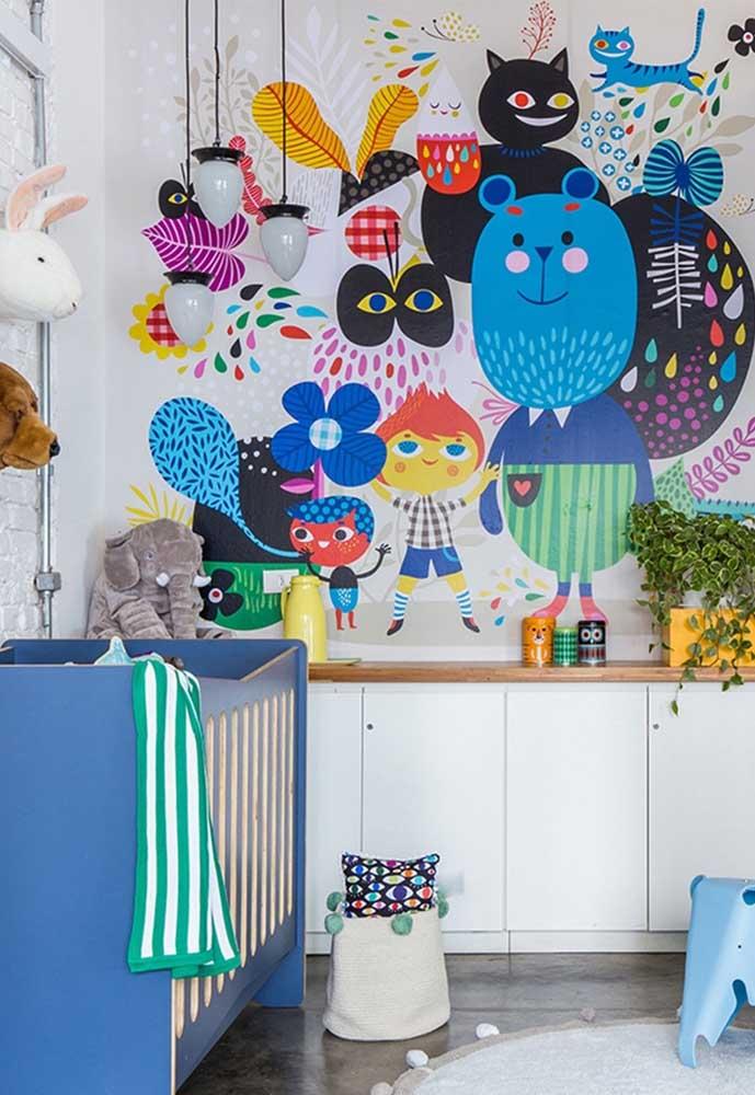 Para sair do básico: aposte também no mobiliário colorido! Aqui o berço de madeira azul conversa com nos tons de azul na parede e ganha ainda mais destaque!