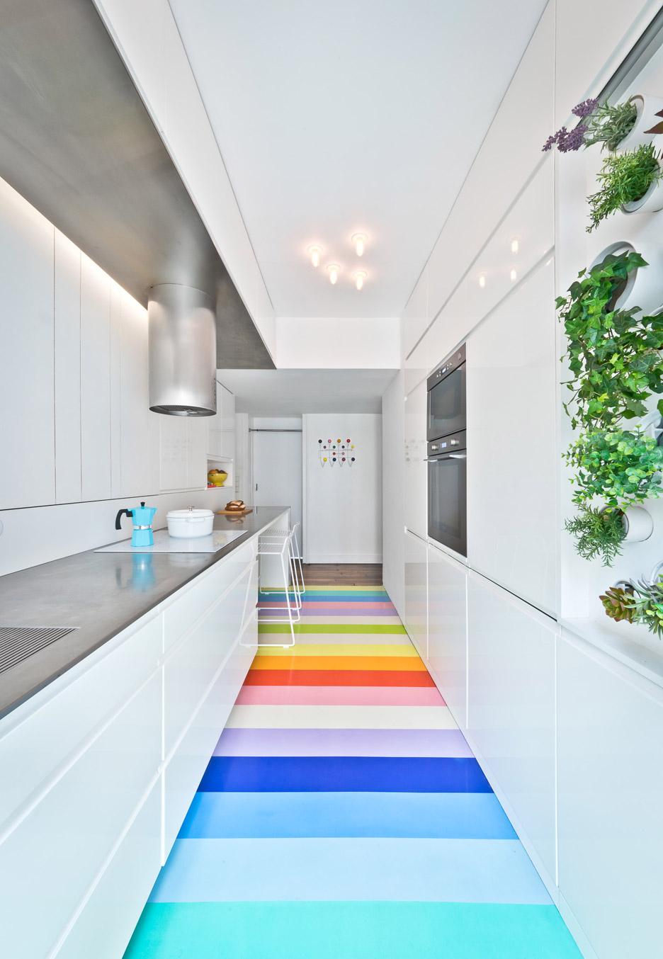Aposte na aplicação de cores no chão na sua cozinha colorida