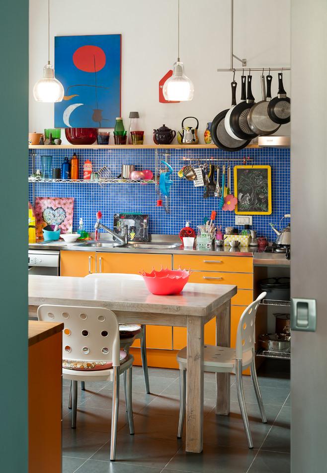 Para quem gosta de um ambiente cheio de personalidade e criatividade para cozinhar, muitas cores e diversidade de materiais