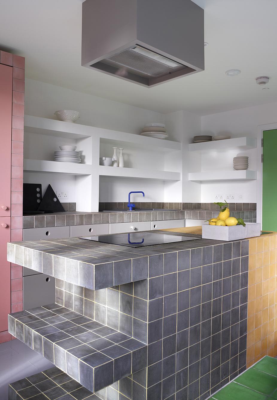 O branco e cinza como cores base podem ser combinadas com os mais diversos tons de cores, como nesta cozinha