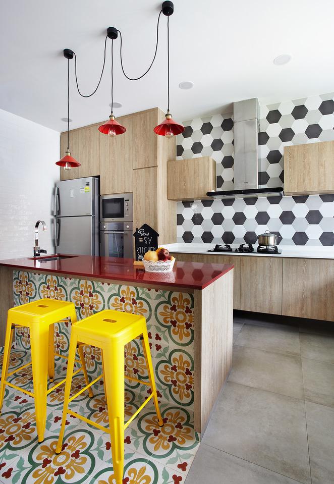 E para ousar um pouquinho sem perder o clima mais neutro da base da cozinha, use as cores mais fortes em elementos móveis ou em objetos decorativos