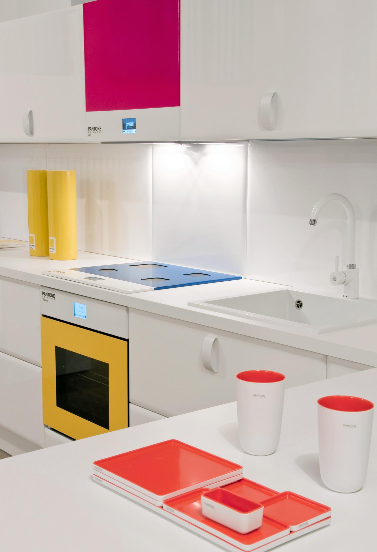 Numa ideia mais clean, aposte em toques de cores vibrantes em utensílios e eletrodoméstico como decoração para sua cozinha branca