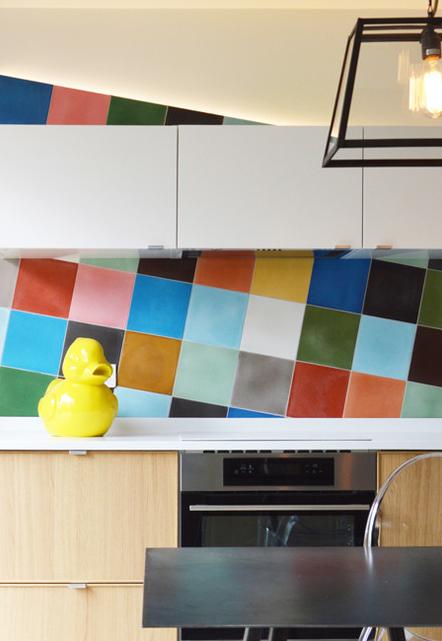 Os painéis de parede também são ótimas opções para aplicar mais cores na sua cozinha