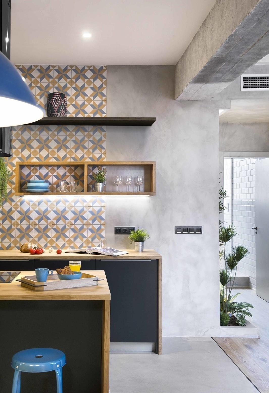 Entre o tradicional e o contemporâneo: uma ideia de cozinha colorida com ladrilhos hidráulicos cheios de cor e cimento queimado como decoração