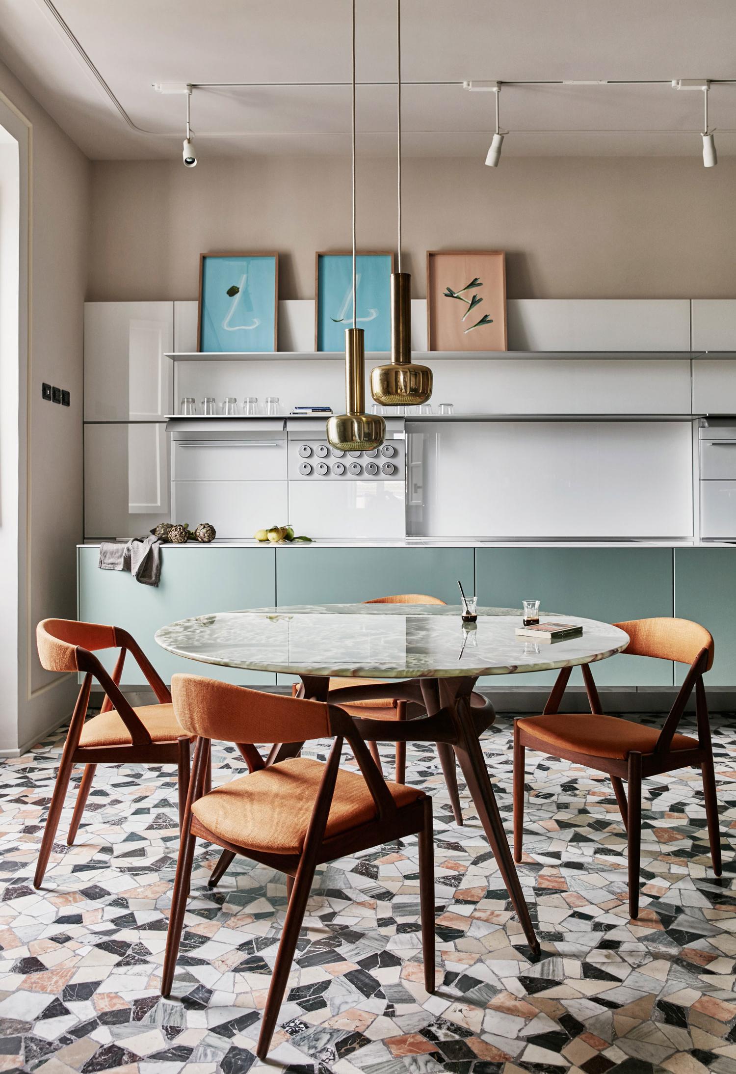 Outra ideia de cozinha colorida com tons de uma paleta mais clara e confortável