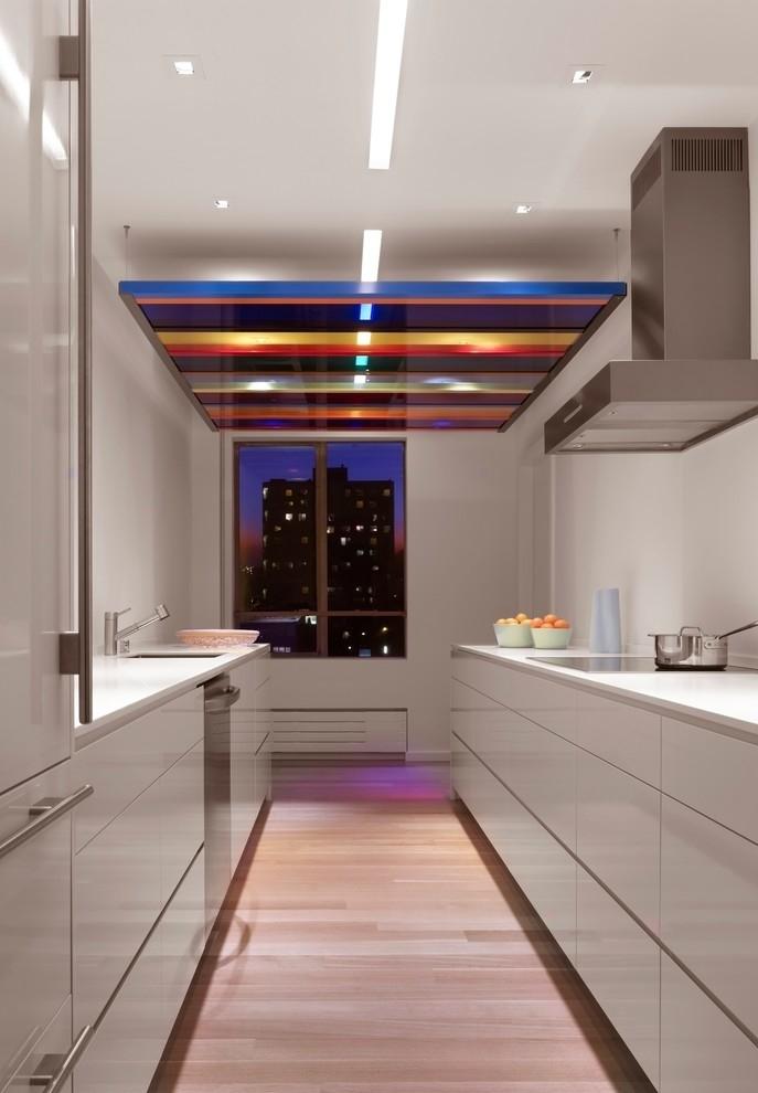 Para além da inspiração no piso colorido, uma opção de placa colorida no teto!