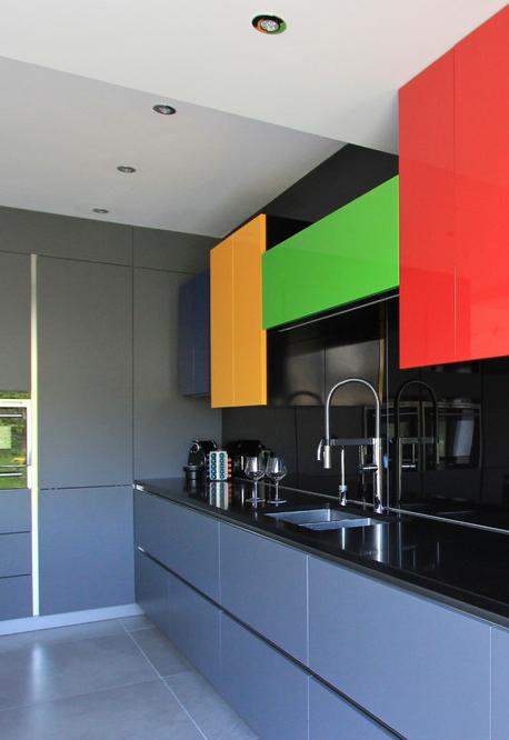 Um toque a mais de cor nesta cozinha azul e preta