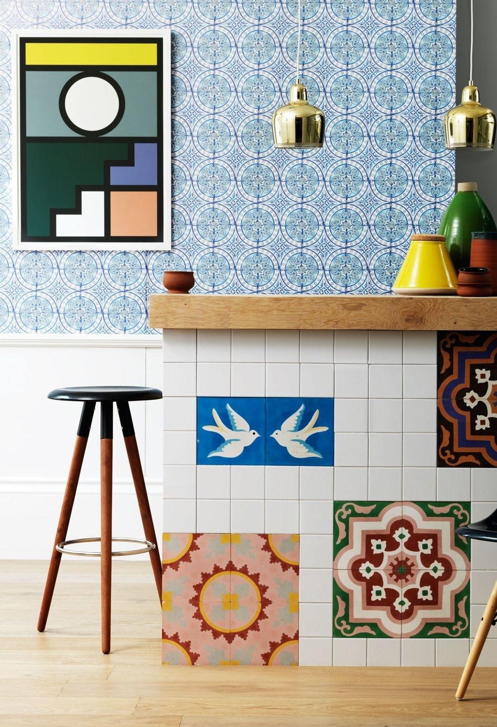 Aposte nos ladrilhos hidráulicos com padrões e desenhos para trazer mais cor e personalidade para a sua cozinha
