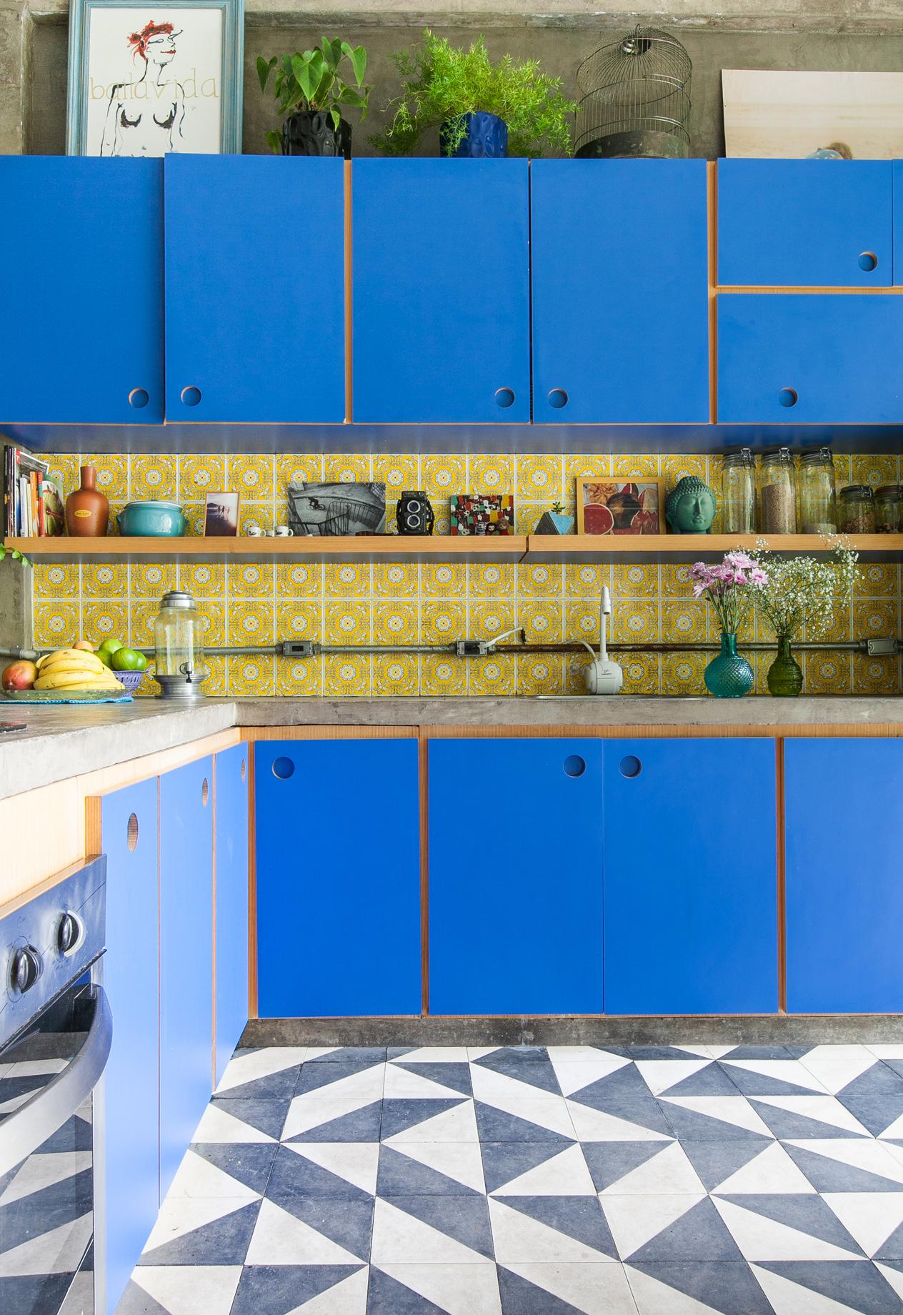 Mistura de estampas no revestimento de piso e de parede em uma composição em azul e amarelo
