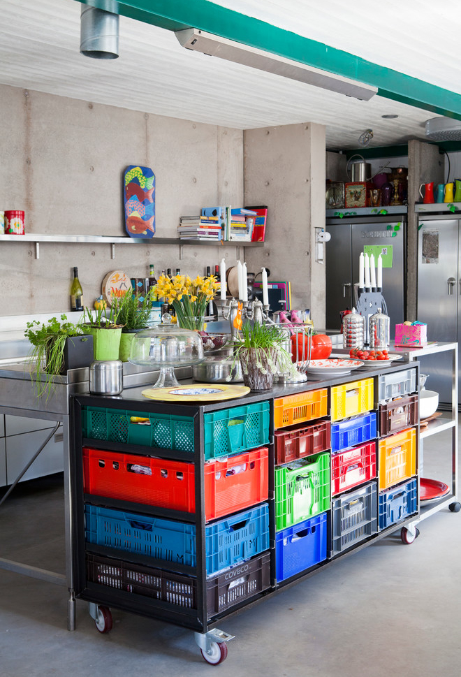 """Uma ideia criativa, econômica e cheia de cor: bancada móvel com """"gavetas"""" feitas de caixas de supermercado!"""
