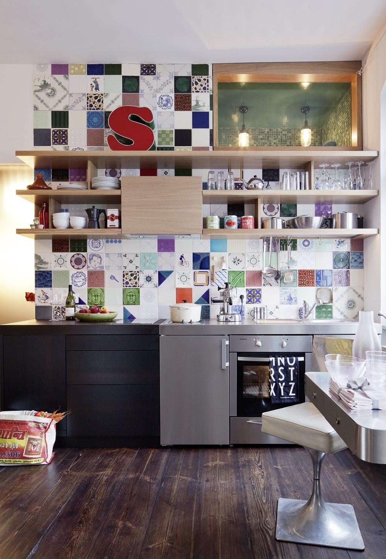 Outra ideia de cozinha colorida com uma composição diferente de ladrilhos