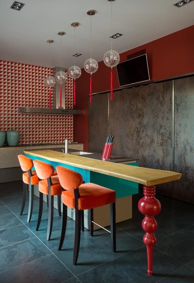 Colorido também sobre uma cozinha escura: o preto e cinza também podem ser combinados com diversas cores