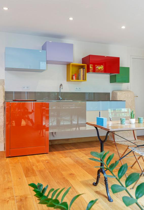 Armários modulares super coloridos para esta cozinha ampla