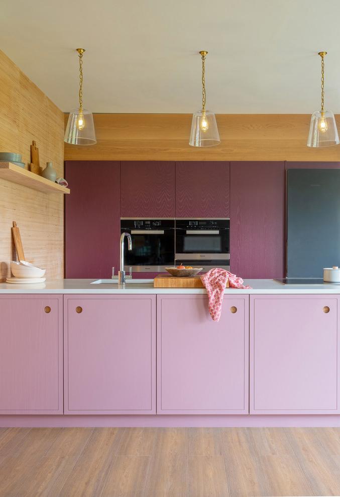 Bancada de cozinha colorida: uma combinação perfeita entre tons claros e escuros da mesma cor na cozinha planejada