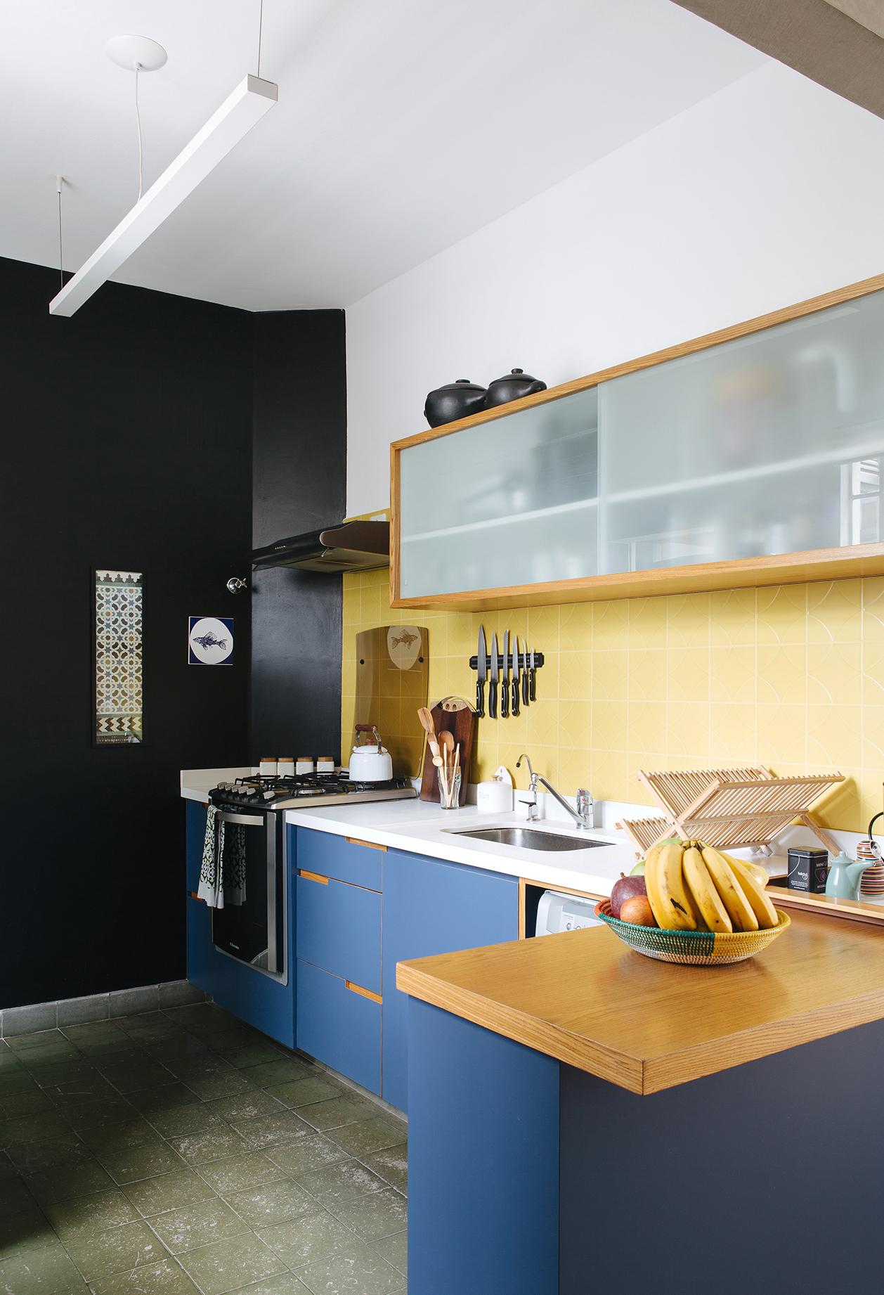 Outra ideia de cozinha azul e amarela: desta vez com uma mistura de branco e preto