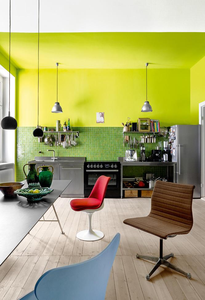 Neon na cozinha? Pode sim! Cozinha em uma parede colorida verde neon até o teto