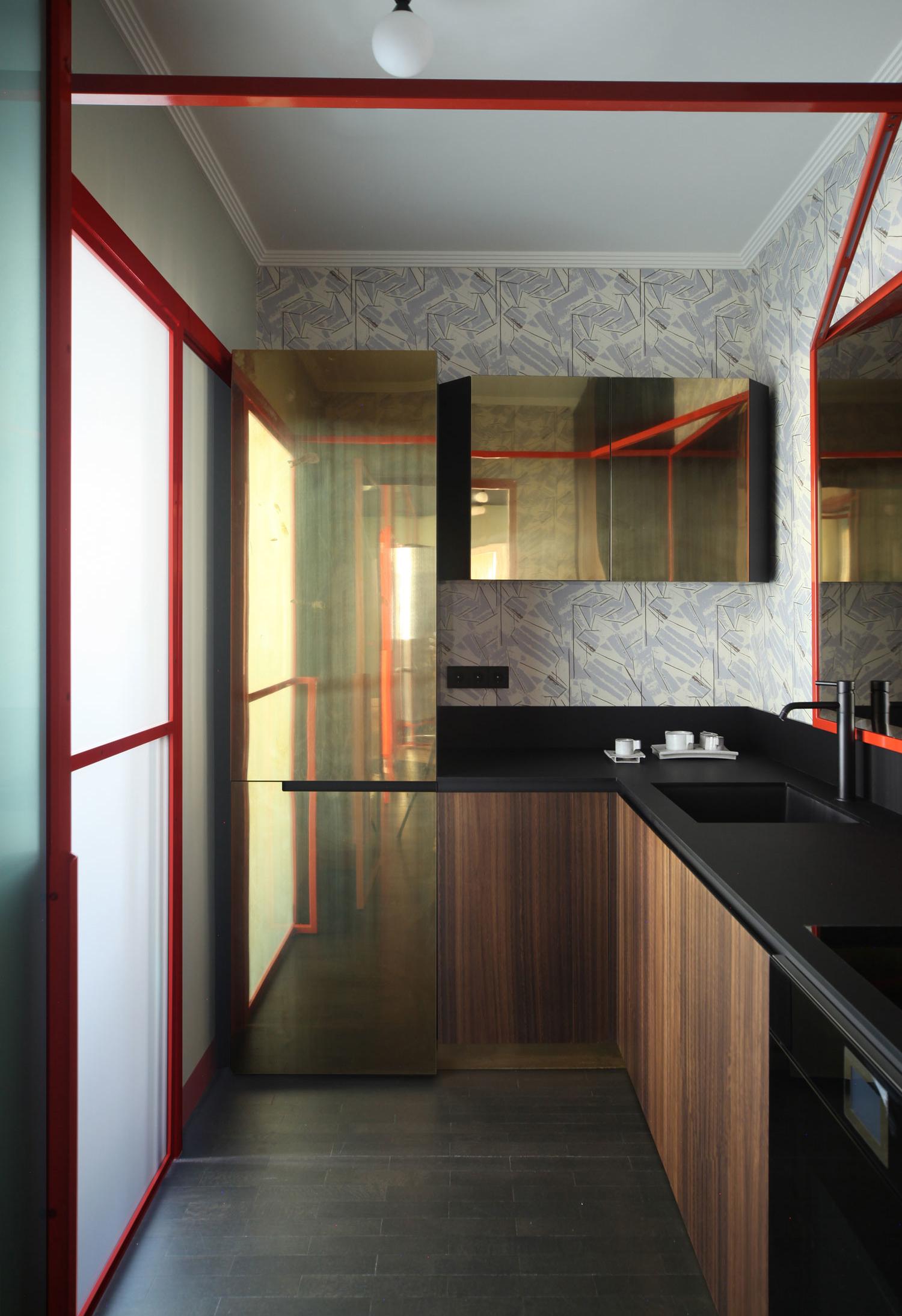 O vermelho e preto é uma combinação que vai bem até na cozinha: e aqui, o dourado da geladeira traz mais destaque para esta composição