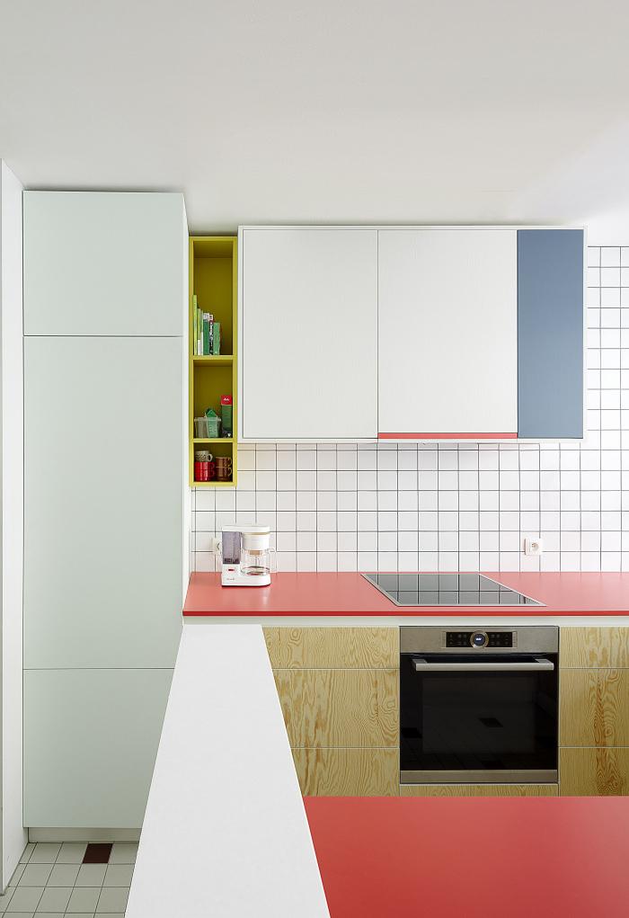 Este outro exemplo com ótima iluminação natural dá ainda mais destaque para os tons vibrantes na cozinha branca