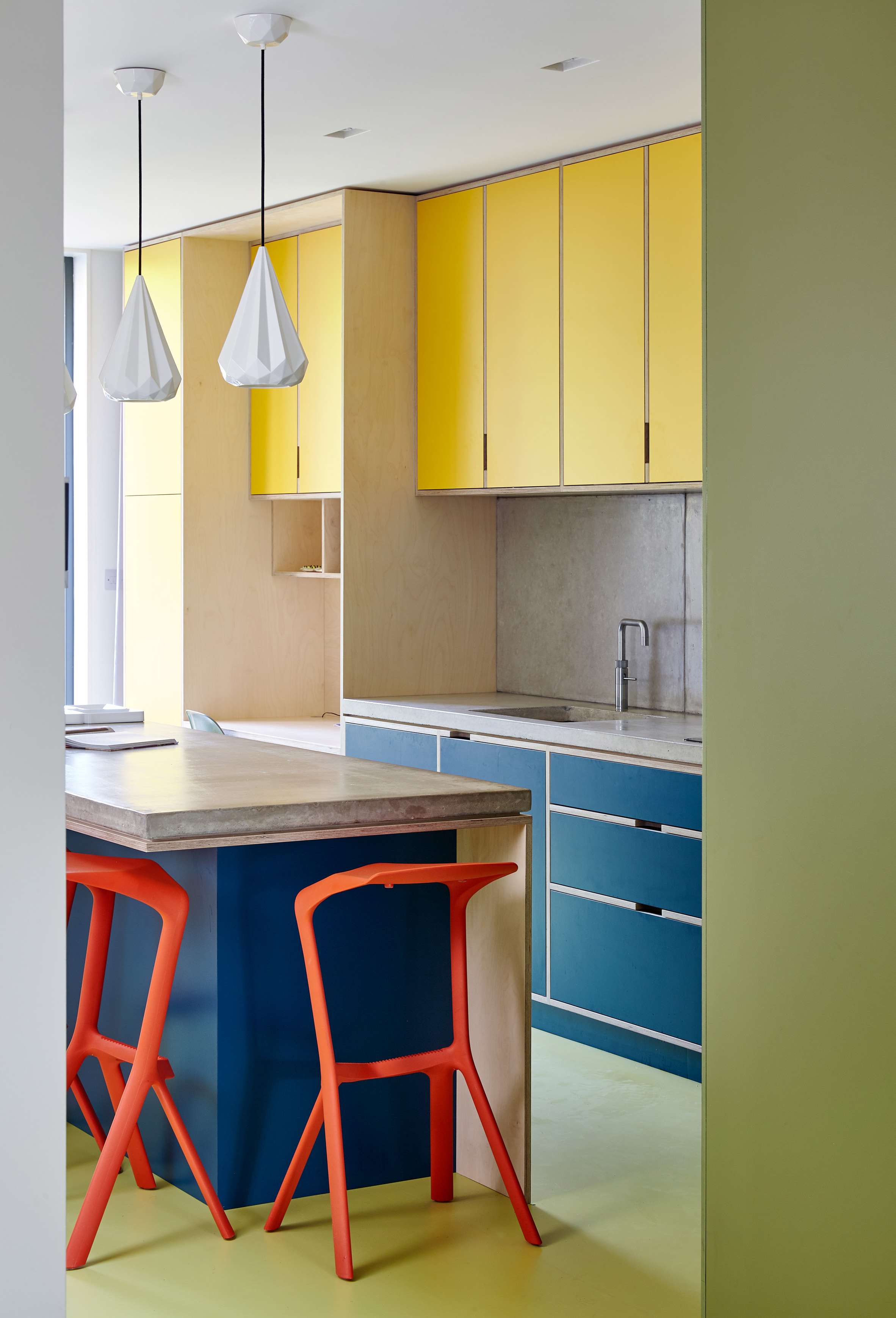 Uma cozinha em cores primárias: azul, vermelho e amarelo sempre combinam muito bem juntos
