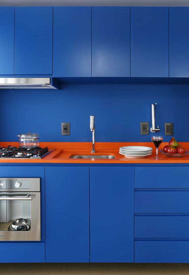 Agora uma mistura de cores opostas-complementares: azul e laranja vivos como uma combinação cheia de contrastes para a sua cozinha