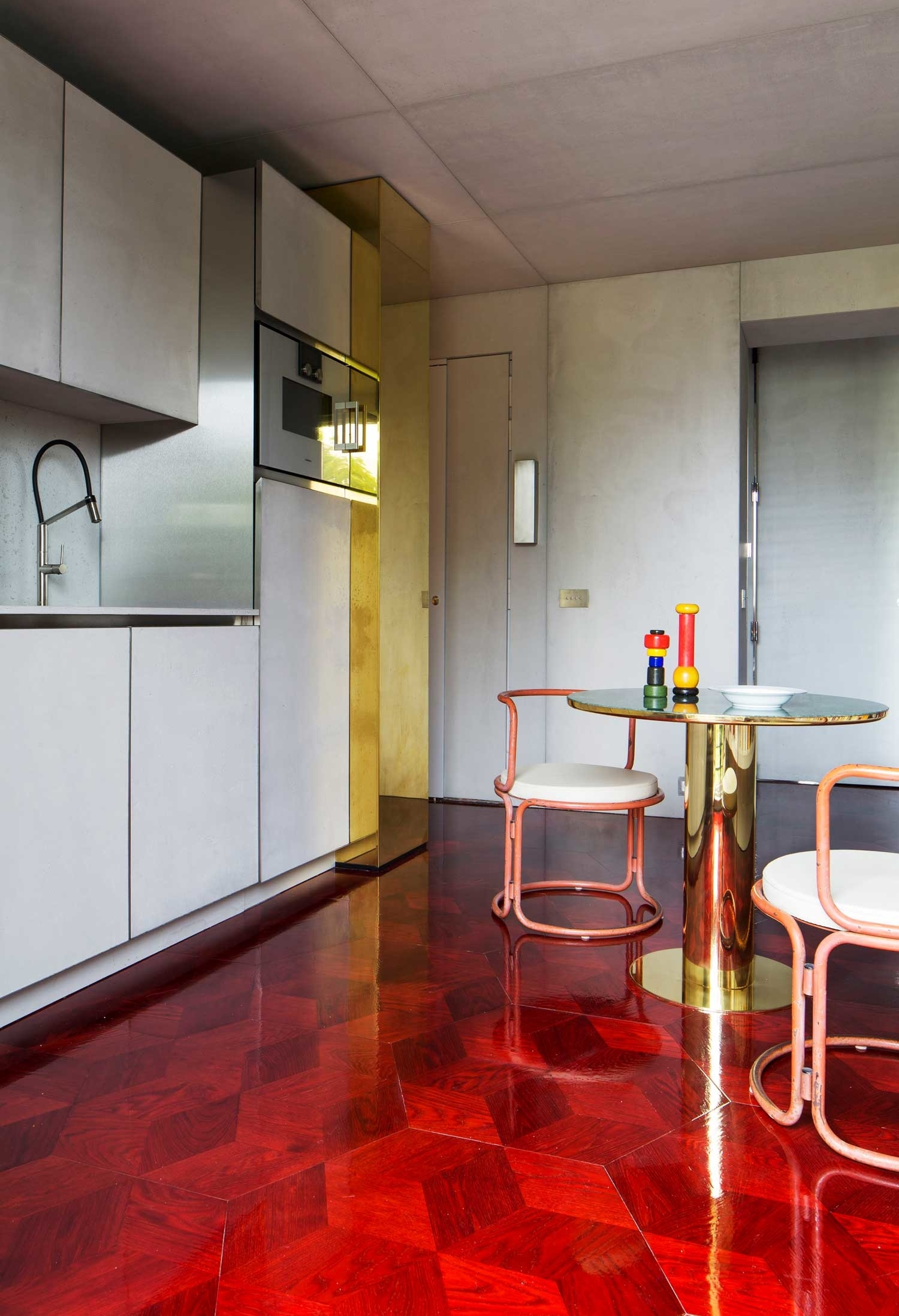 E que tal um piso que chama todas as atenções? Aqui, o piso de madeira ganha um acabamento esmaltado que dá mais destaque para o seu tom avermelhado