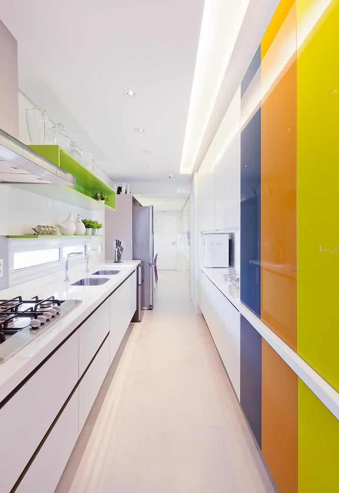 Cozinha corredor branca com toques de cores nos seus armários