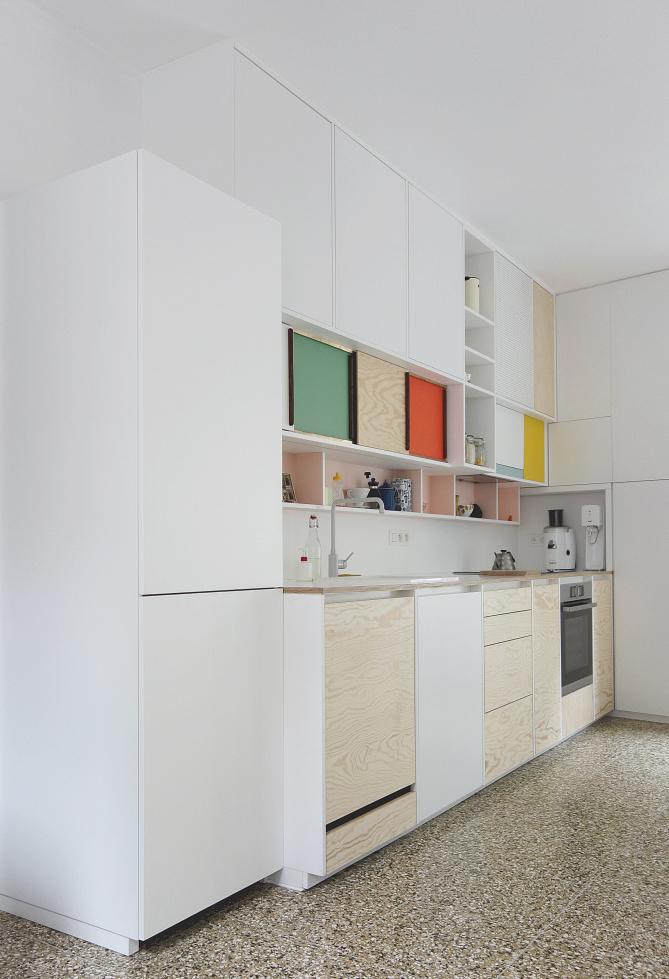 Na sua cozinha planejada, use também o tom natural de madeira na sua composição de cores