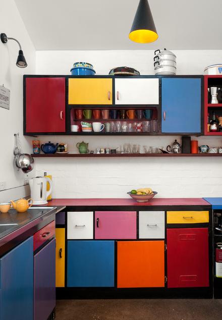 Cozinha Monet: a composição dos armários como blocos coloridos com margens pretas lembra muito os quadros do artista
