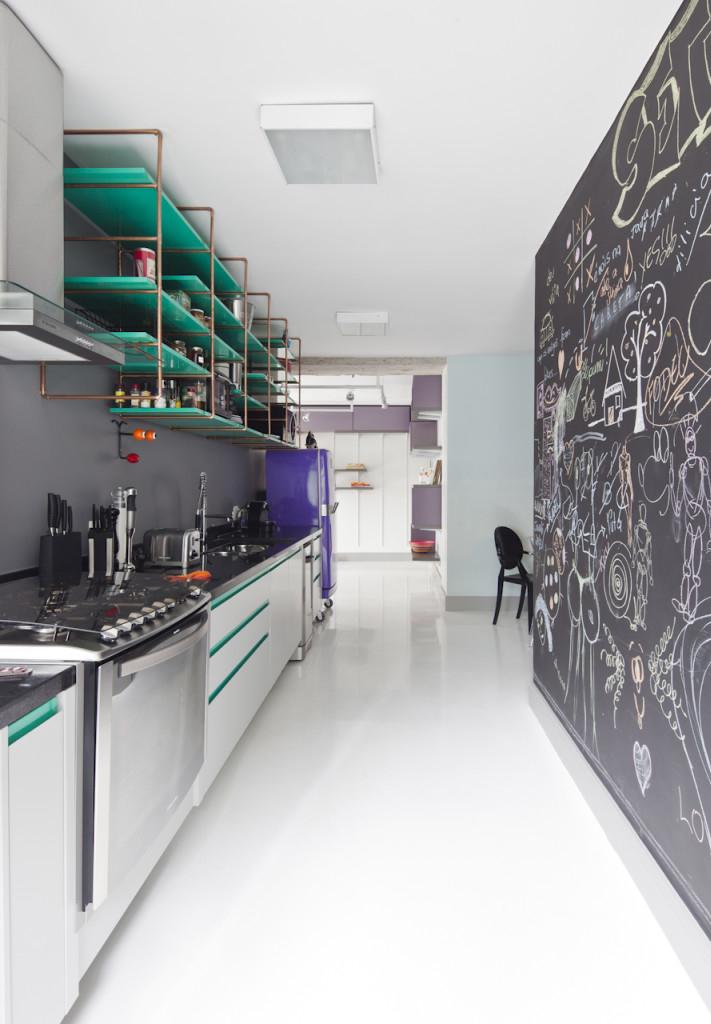 Outra forma de inserir mais cor e diversão na sua cozinha é uma parede-lousa: use a criatividade e giz colorido para deixar mensagens e desenhos!