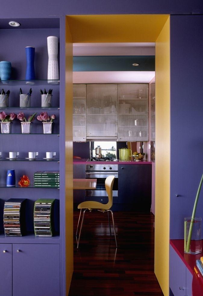 Azul marinho e amarelo como cores que dão da cozinha até a sala de estar