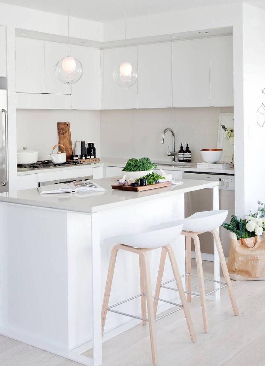 Projeto de cozinha com ilha branca e clean