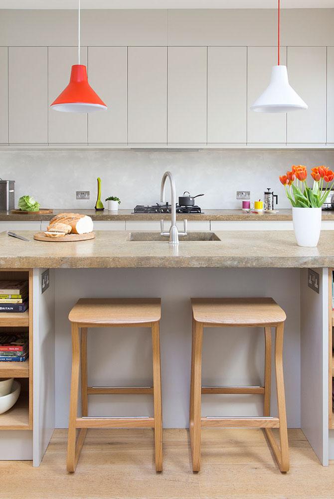 Cozinha com ilha: espaço para acomodar os bancos sob a ilha é um recurso interessante especialmente para as cozinhas menores