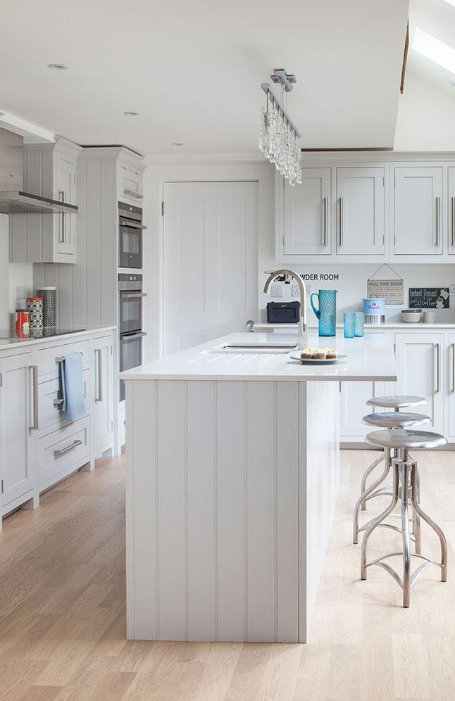 Cozinha de marcenaria clássica branca com ilha central