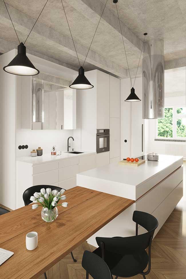 Projeto de ilha e mesa em formato retangular otimiza o espaço da cozinha