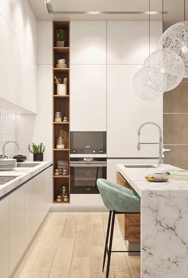 Cozinha com ilha de mármore branco deixa a cozinha mais elegante e sofisticada