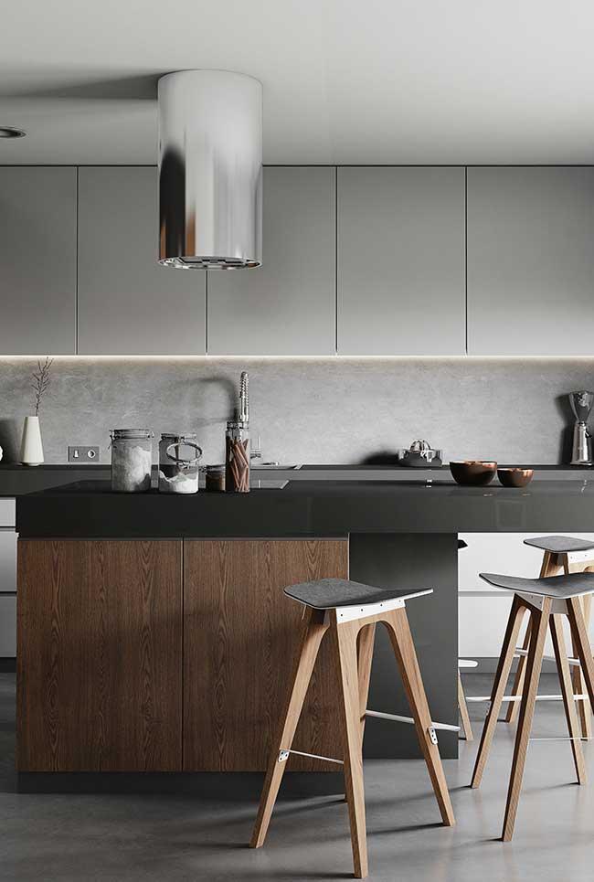 Cozinha com ilha moderna preta e coifa tubo
