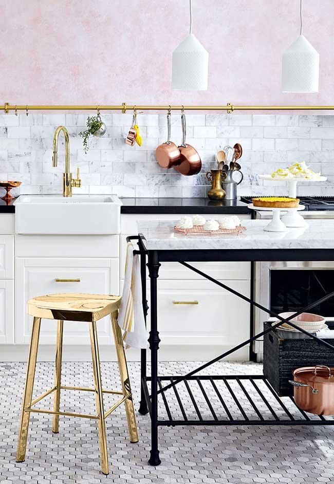 Uma ilha de cozinha simples, mas totalmente integrada à proposta